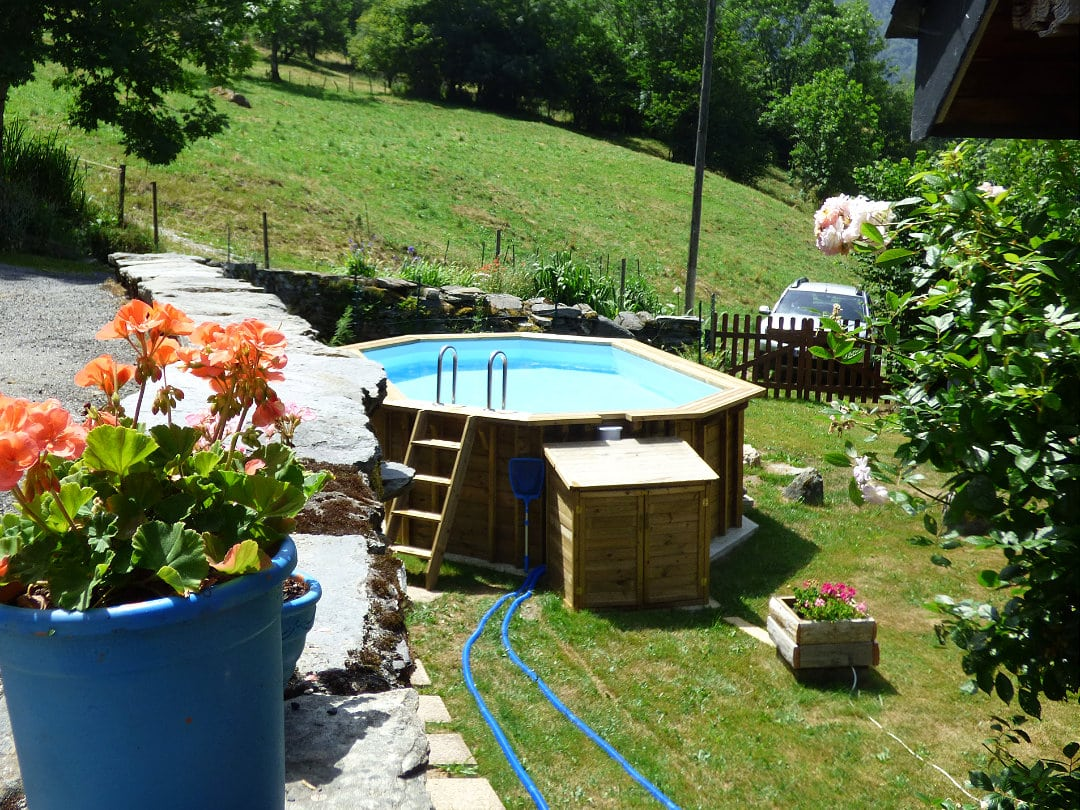 Le Begue swimming pool and garden